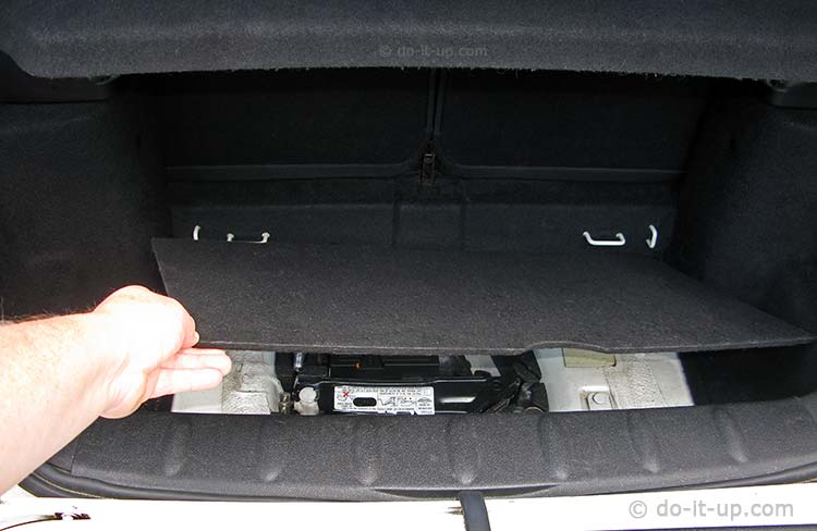 Removing the Trunk (Boot) Floor Panel