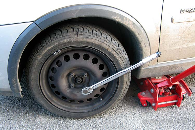 Wheel Removal - Tightening the Wheel Nuts With a Torque Wrench